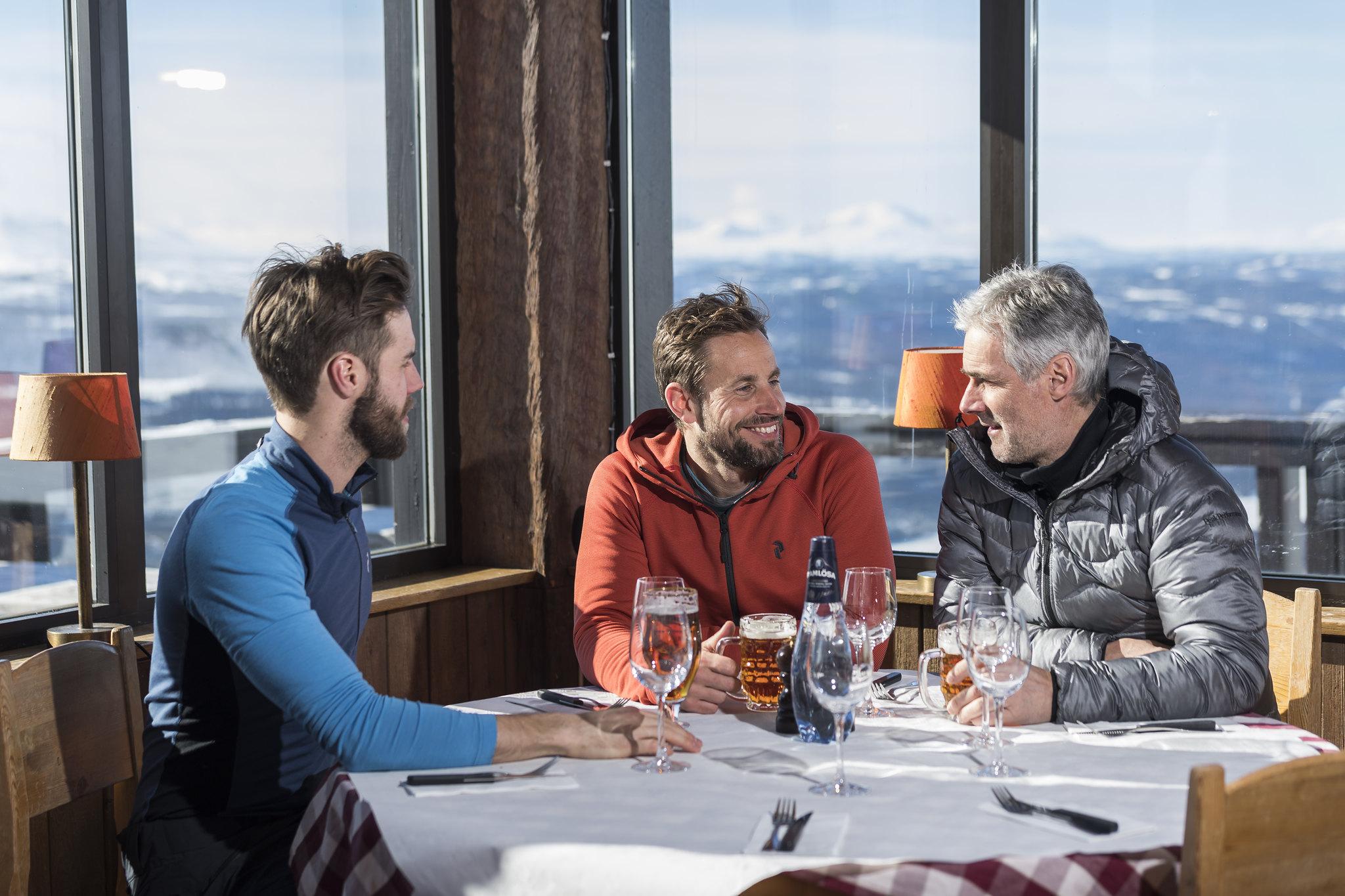 Mensen in een berghut in Åre